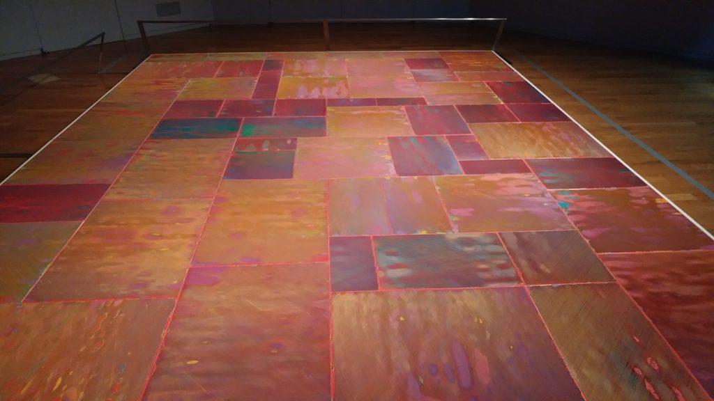 床一面に敷き詰められた絵