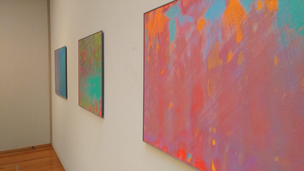 壁に飾られた3枚の作品の絵