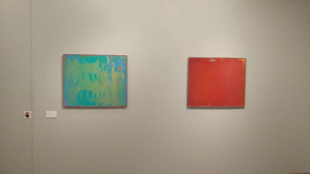 壁に飾られた2枚の絵