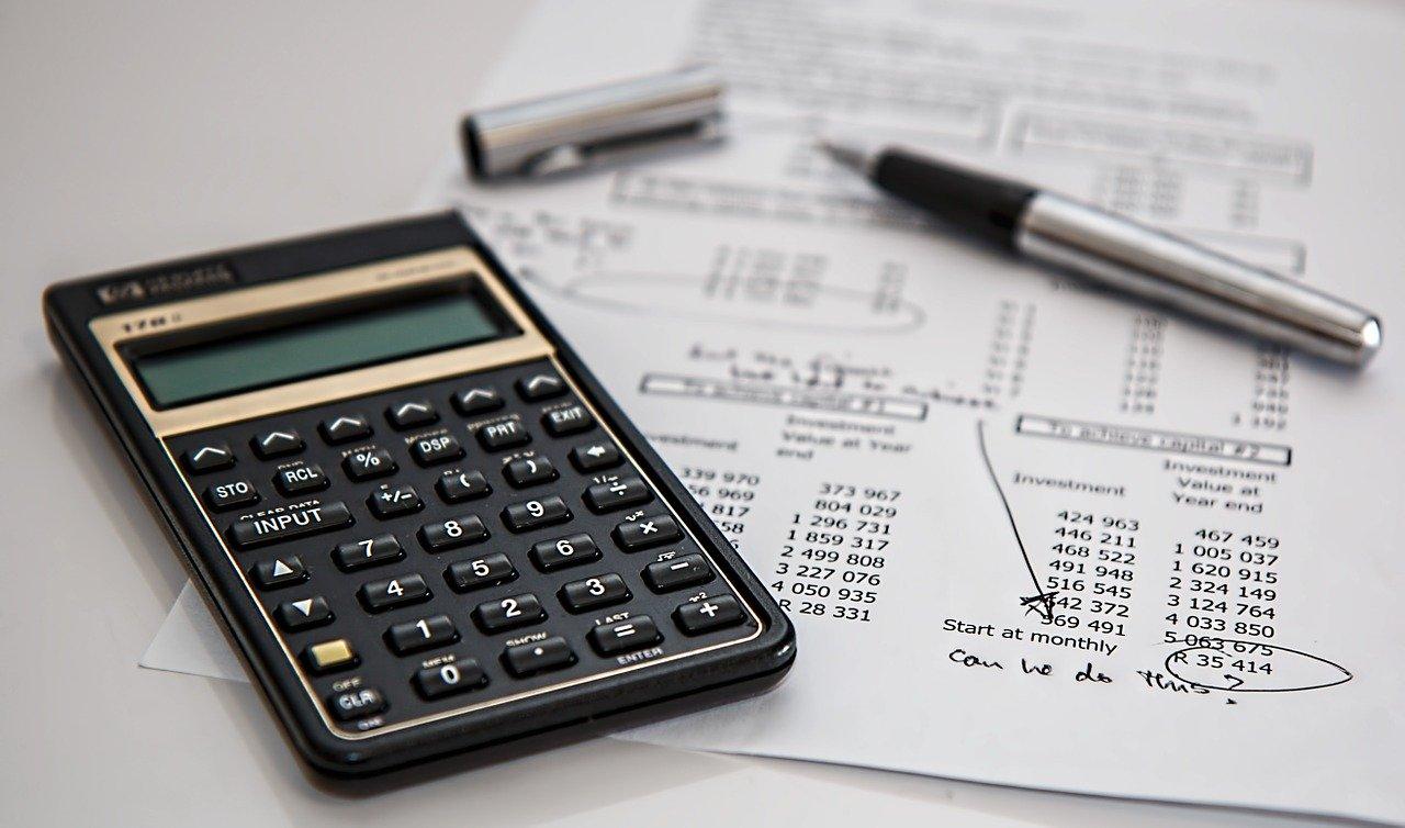 電卓と会計書