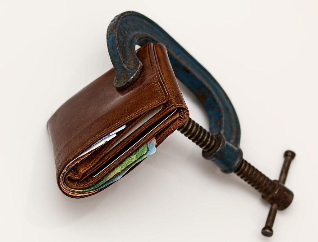 万力で締め付けられた財布