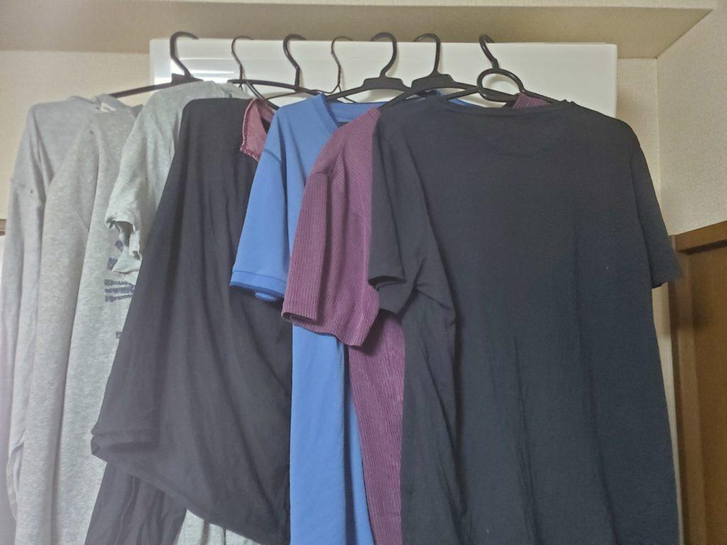 エアコンにハンガーで干された大量の服