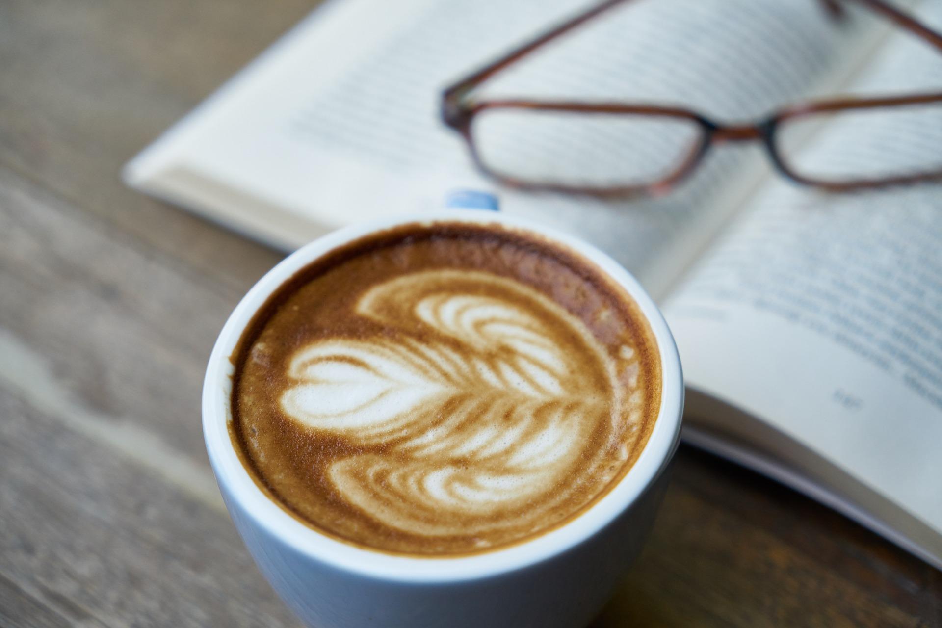 カフェラテと本と眼鏡
