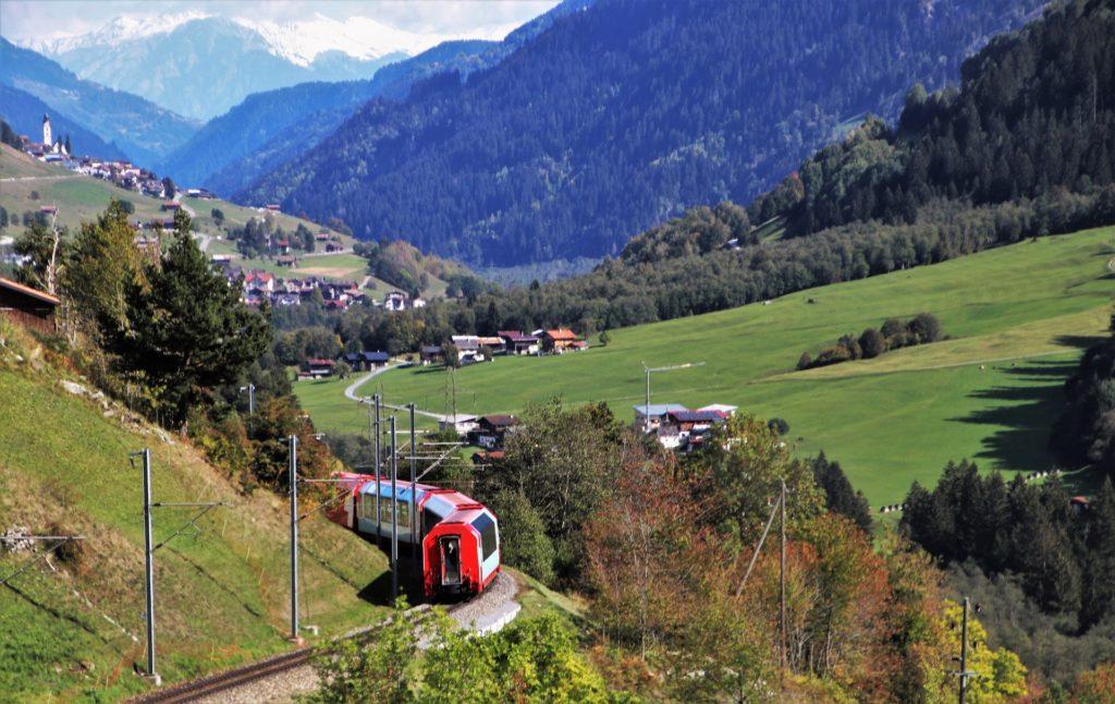 田舎を走るローカル電車