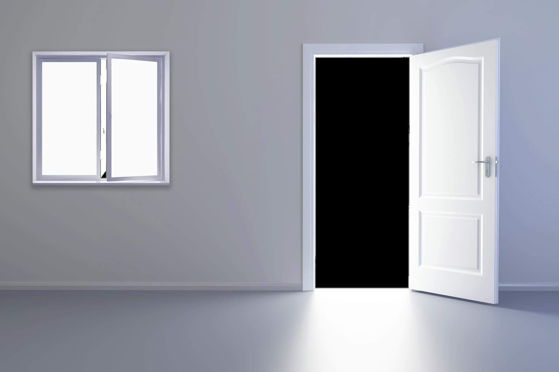 白くて何もない扉が開いている部屋