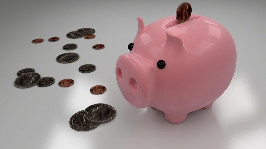 豚の貯金箱と硬貨