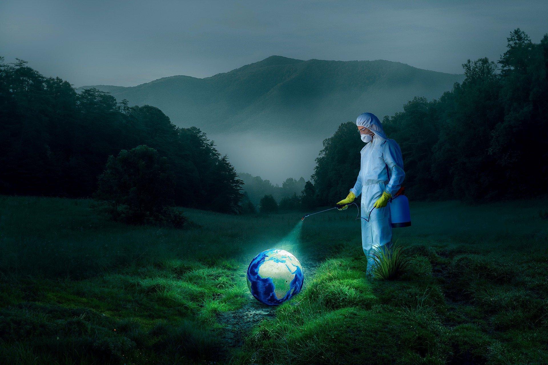地球を消毒する白装束の男