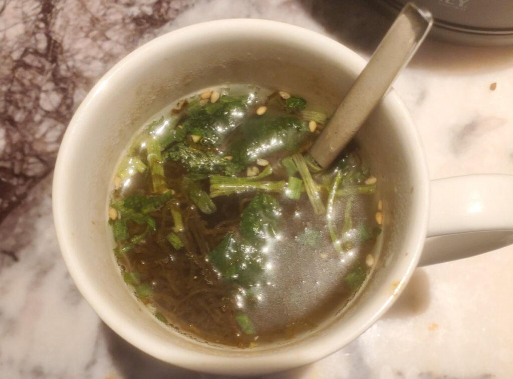 マグカップで飲むもずくスープ