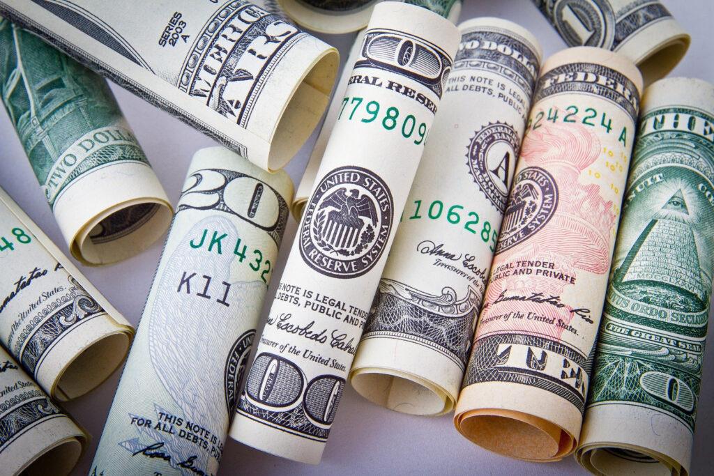 丸められた紙幣