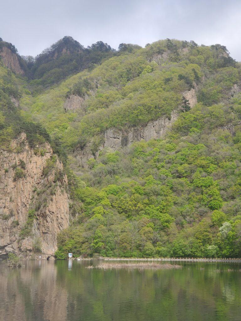 関門山と麓の湖
