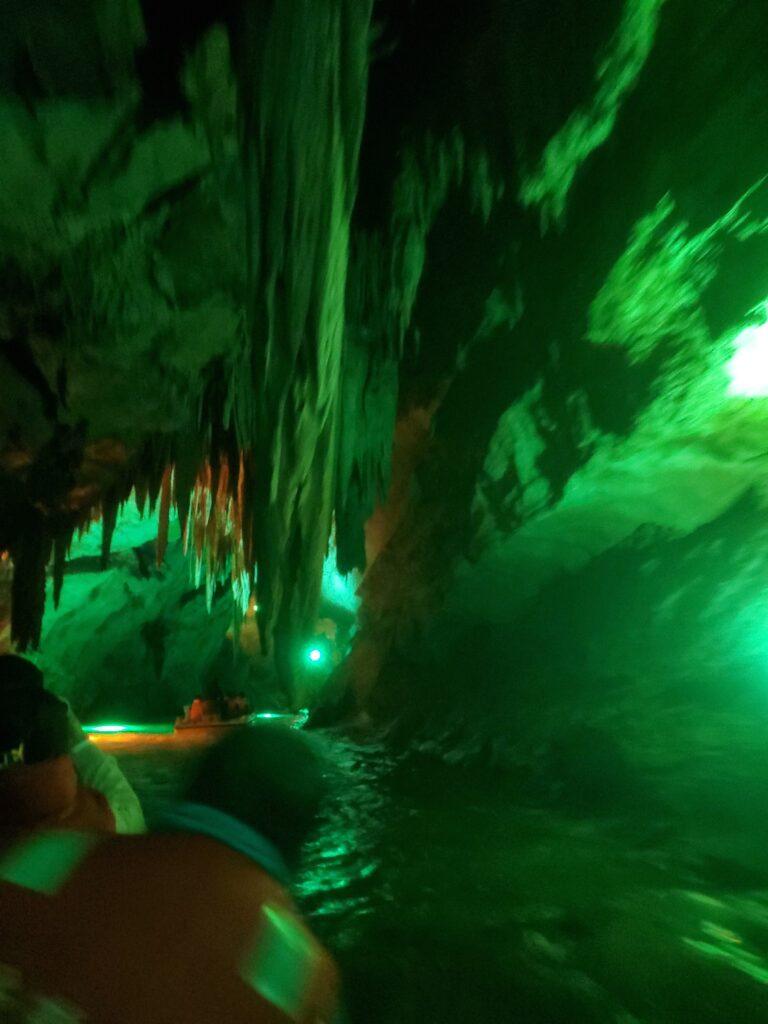本渓水洞のつららと男の人の後頭部