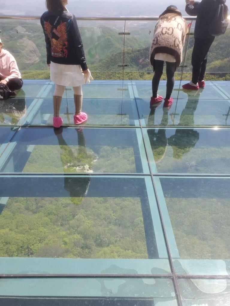 鳳凰山のガラスの桟道の展望台