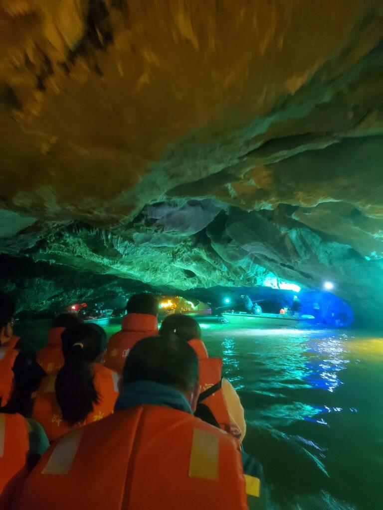 本渓水洞の内部へ船で入っていく人達