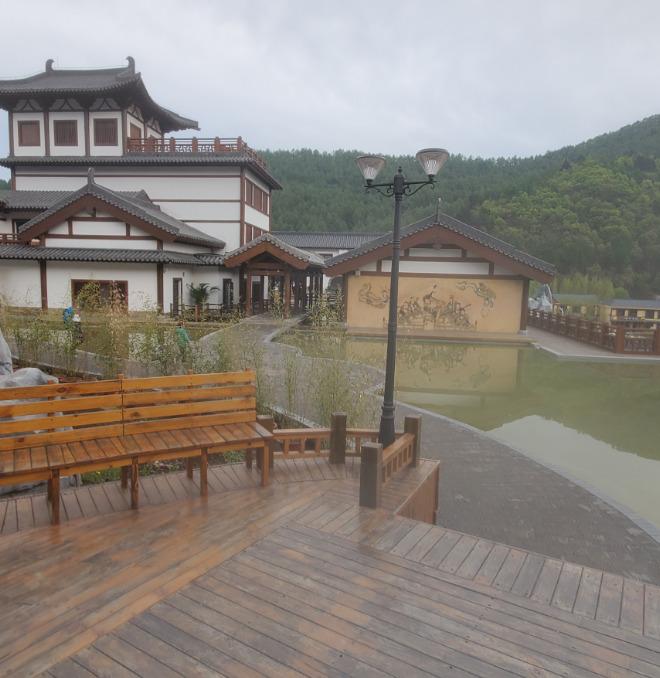 中国の旅館と池とベンチ