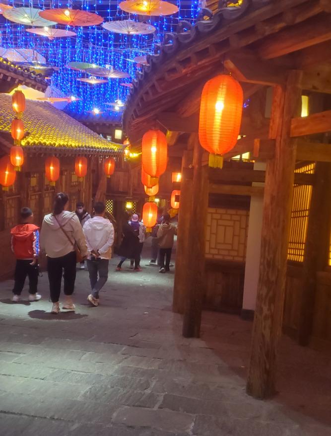 中国旅館の地下街、提灯とお店